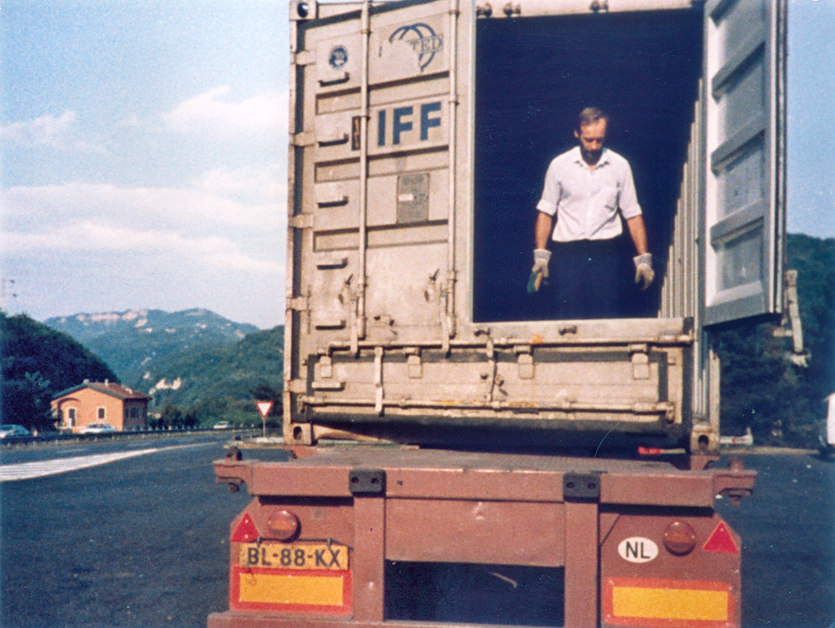 Peeman-cleaning-a-bulk-container-near-Pomezia-Italy--20-aug-1986