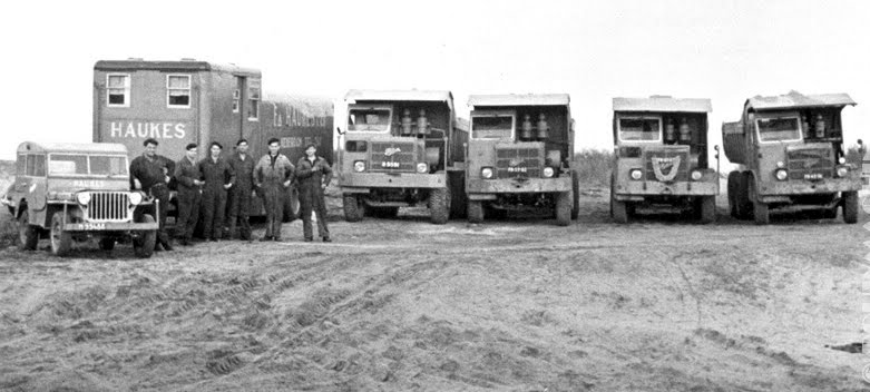 Foden Willy jeep en een materiaalwagen.