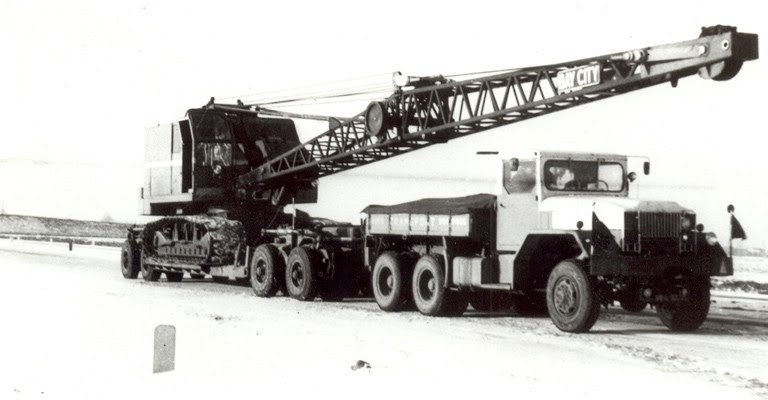 ca 1960 Reo met een Bay City dragline.