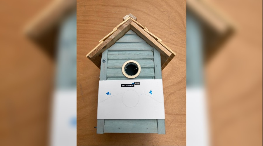 Een borrelbox in de vorm van een vogelhuisje