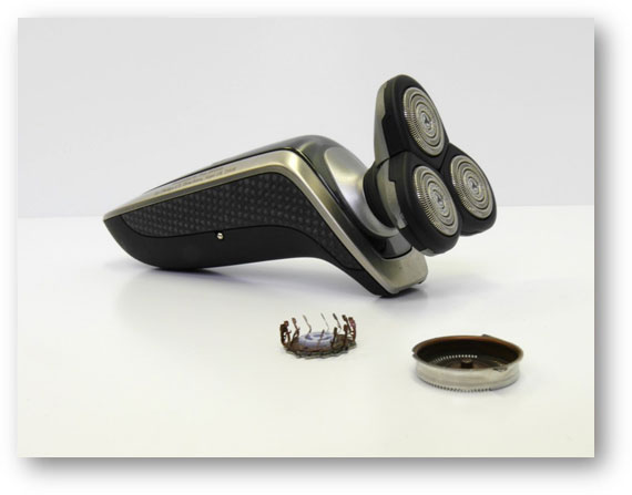 Shaver with removable shaving head