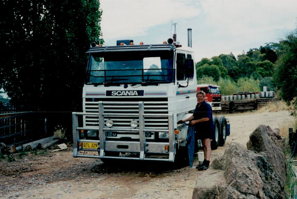 Wim-Wassink-cleaning-the-Scania-142-V8
