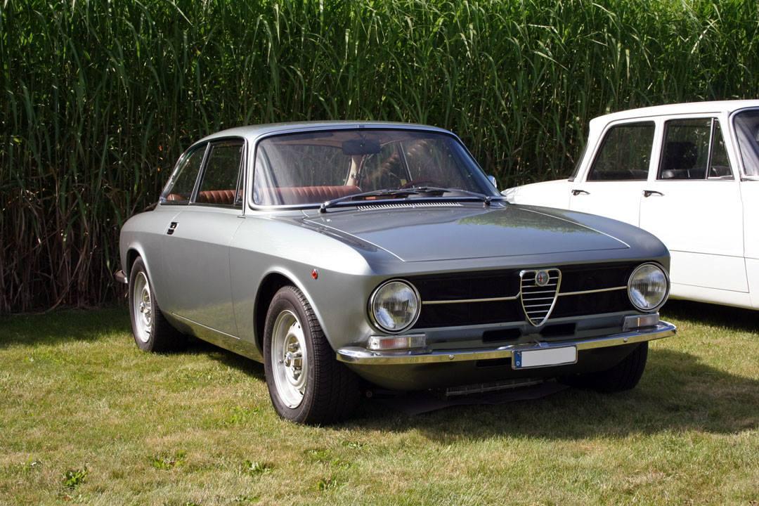 Alfa-Romeo-Giulia-GT-1300-Junior