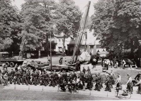 1954-plaatsen-van-amerfoortse-steen-Wim-Wassink-11-jaar-naast-de-mast