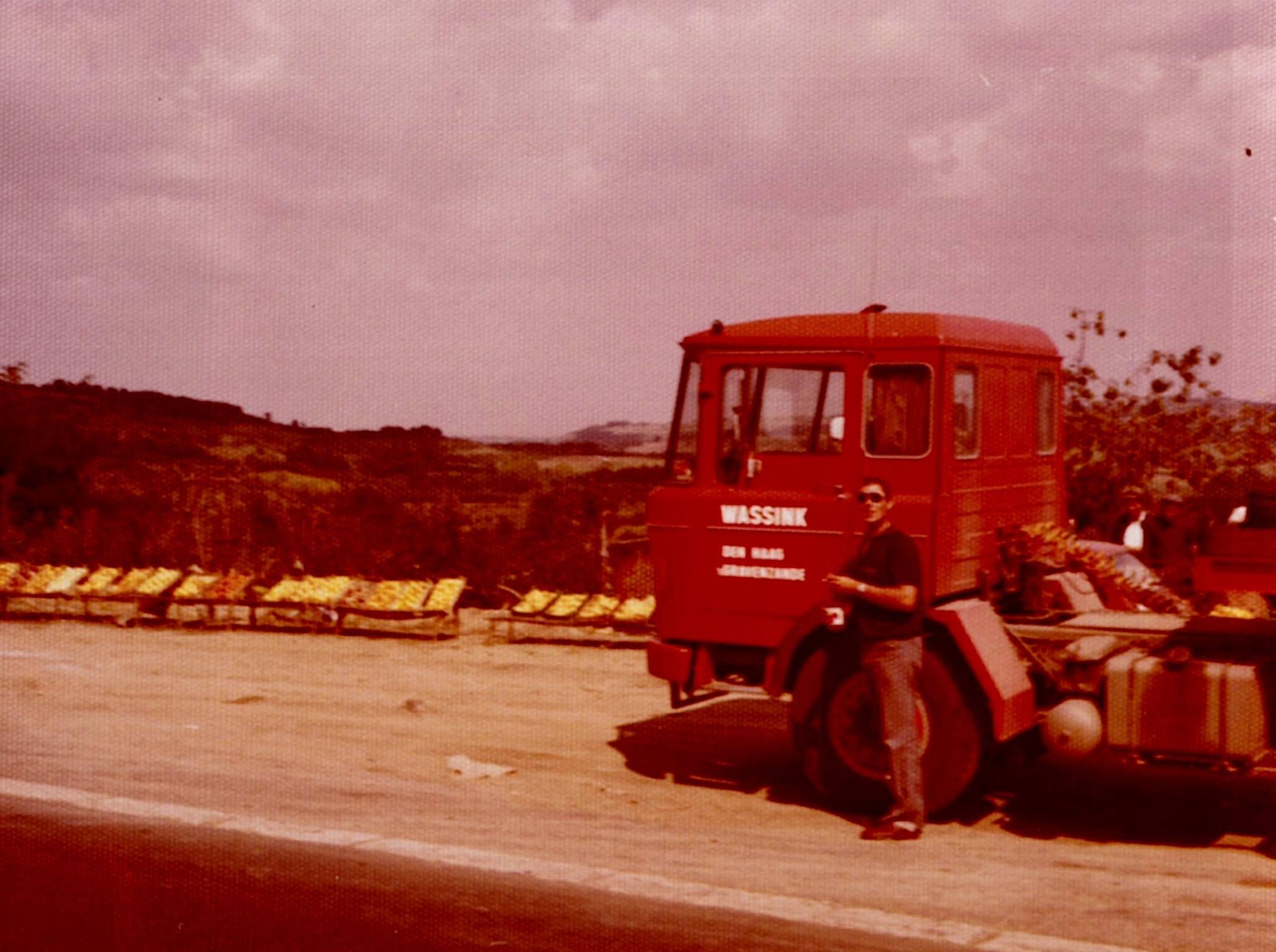 Wim-in-Yugoslavia-op-de-auto-put-ZV-93-57