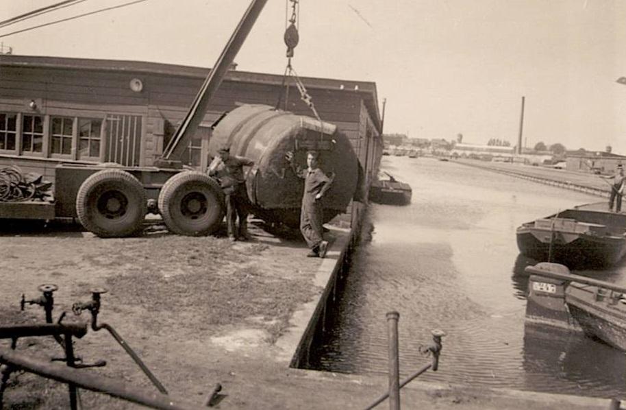 Crane-work-Veiling-Loosduinen-Boats-and-boiler-owned-by-Zuidwijk--Kolen-uit-Loosduinen