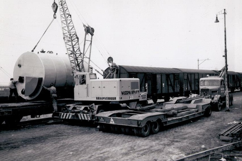 Wassink-Den-Haag-and-Wassink-Arnhem-working-together-loading-boilers-on-the-train-for-Romenie