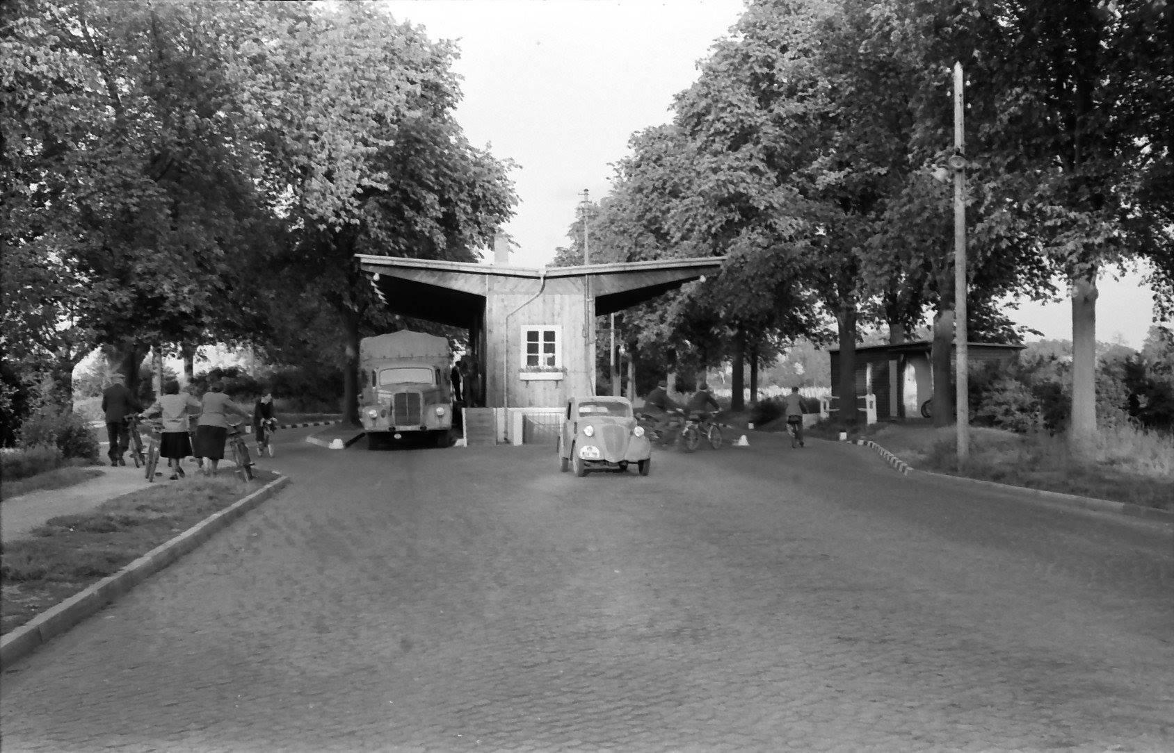1951-Berlin-Spandau-Zonengrenze-Heerstrasse-Grenzubergang-Staaken
