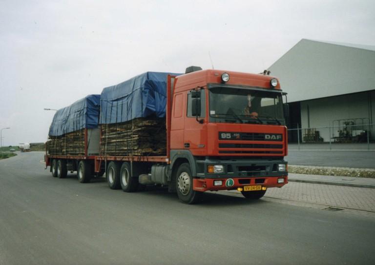 daf-95-met-lading-hout-in-magraten