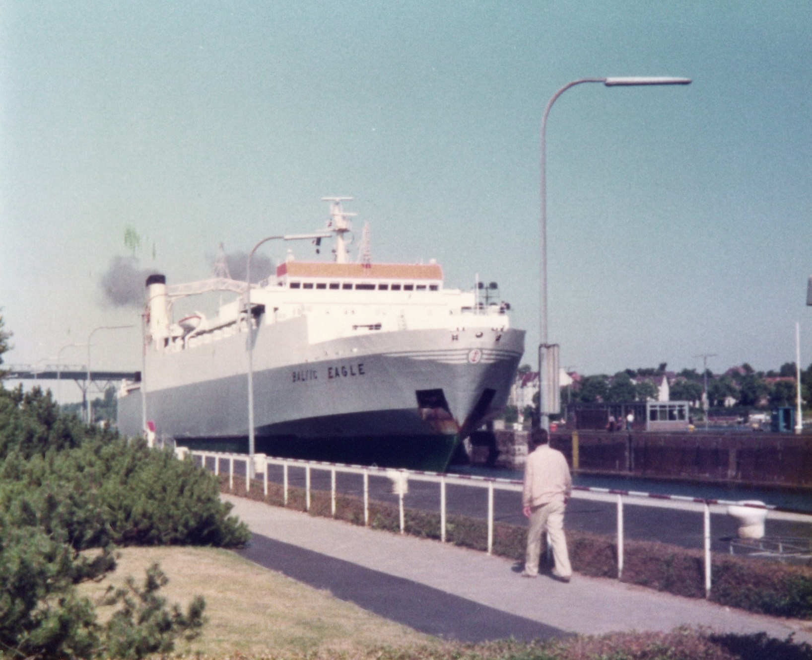 bevoorading-van-de-olympic-paerl-aan-het-oostzee-kanaal-in-kiel