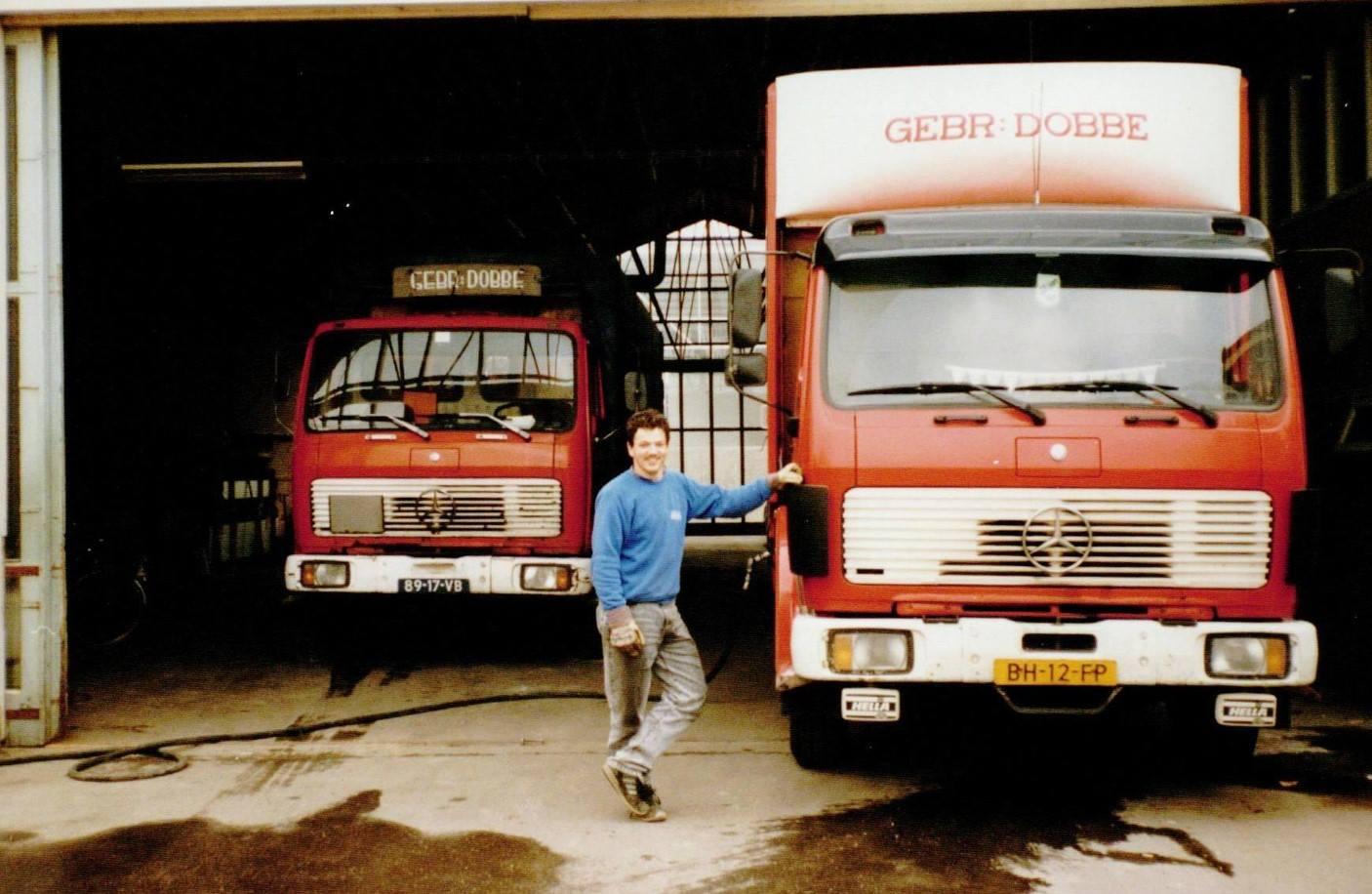 Onze-collega-Richard-Bouwmeester-naast-auto-nummer-2-op-de-Korte-Goog--Foto-is-van-rond-1990--De-auto-links-op-de-foto-werd-ingezet-voor-de-bode-dienst-van-Van-Gend-en-Loos