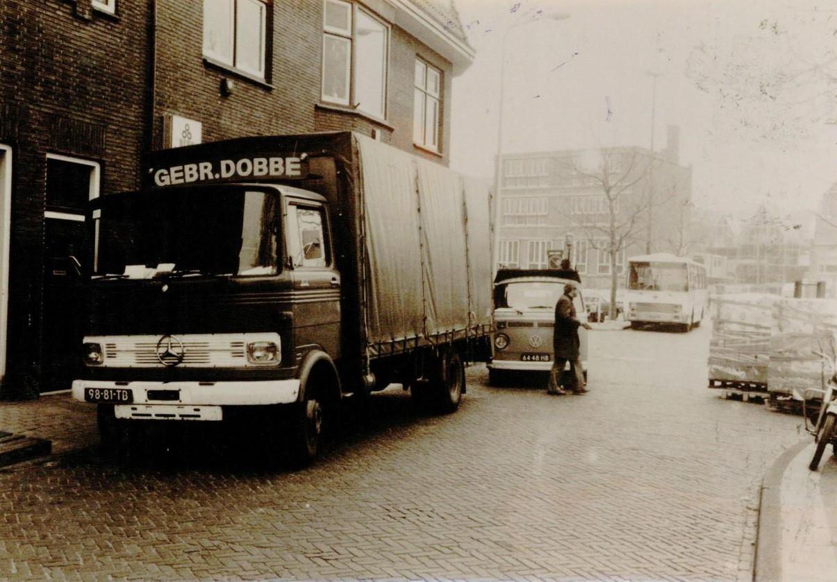 Theo-Dobbe--omstreeks-1977-bij-Bodehuis-Berk-op-de-Kaasmarkt-in-Leiden