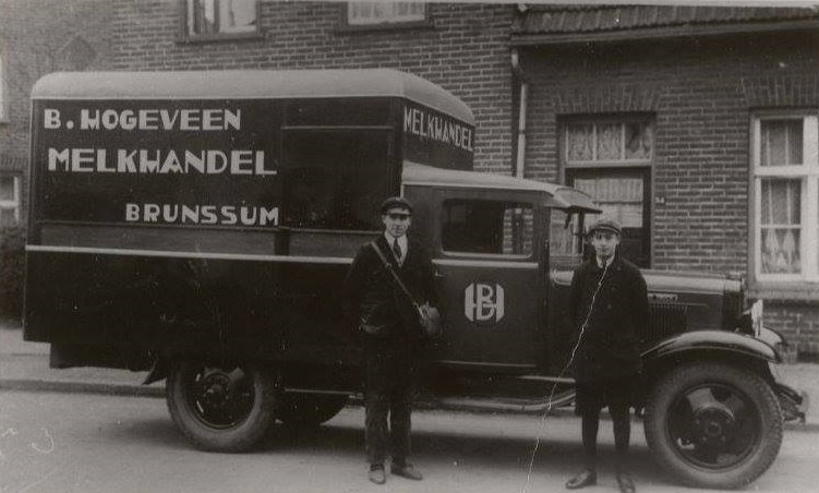 1937-Melkhandelaar-Bessel-Hogeveen-van-de-Grachtstraat-hier-aan-het-venten-in-het-oude-Leeuwstuk-Links-Bessel--rechts-Kees-Stoffer