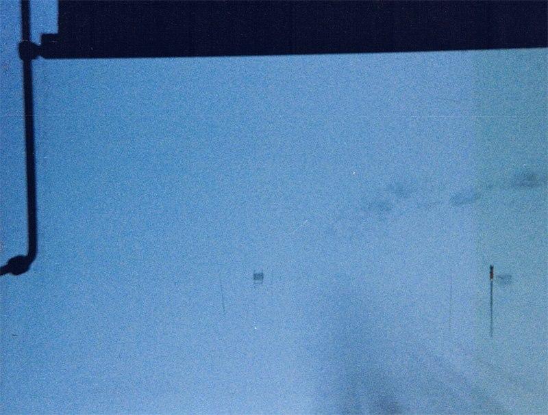 1995--In-der-Mitte-der-orangen-Pfosten-ist-der-RV11-im-Schneesturm.-Hardangervidda-Norwegen