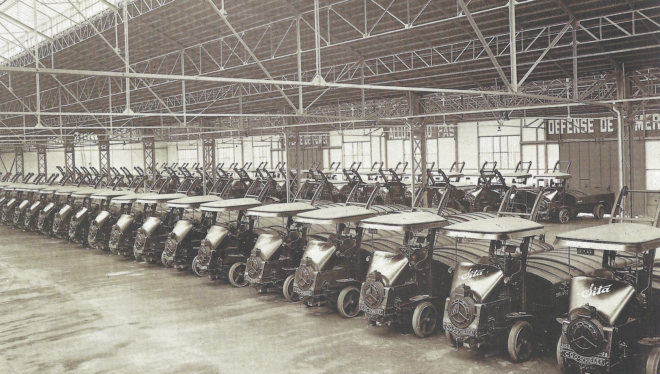 Sita-CGO-Schneider-vuilniswagens-van-Sita-in-de-Issy-les-Moulineaux-garage-in-1925