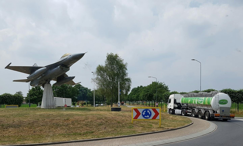 DAF-CF-bij-een-F-16-in-Volkel