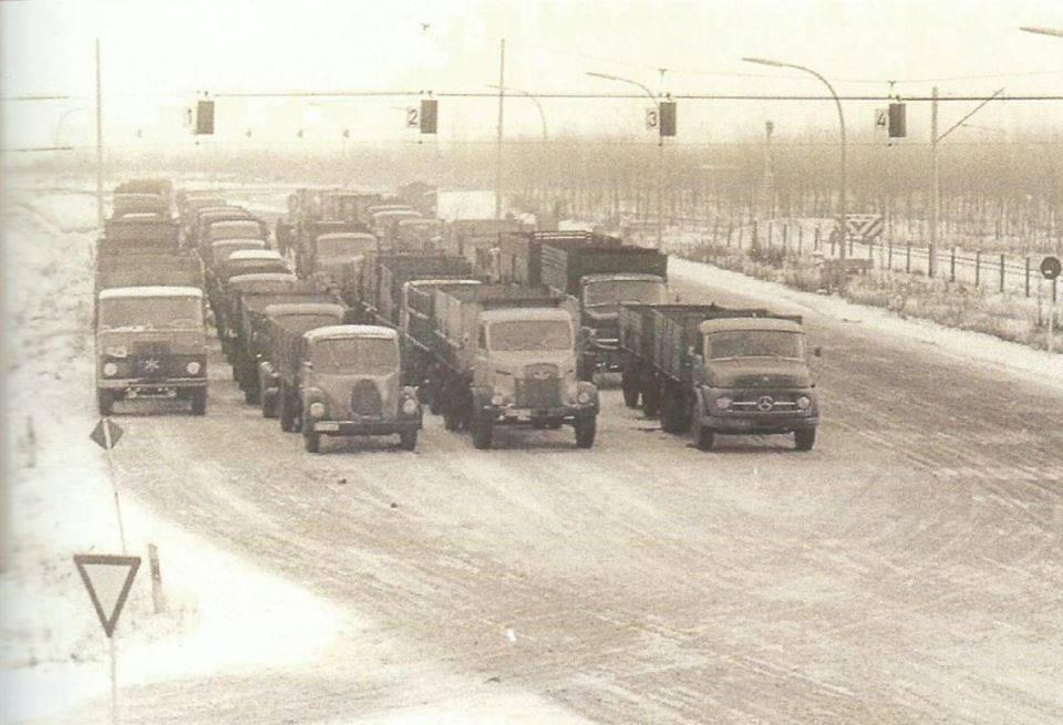 Henschel-links-de-enigste-huifwagen-in-de-Ruhr-gebied