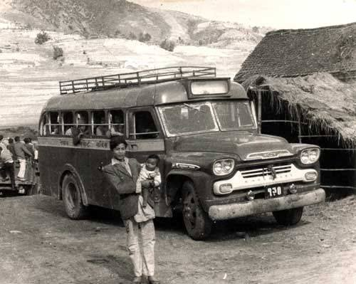 Chevrolet-Viking-Coach-Nepal-1959-Chrit-Houben-archief