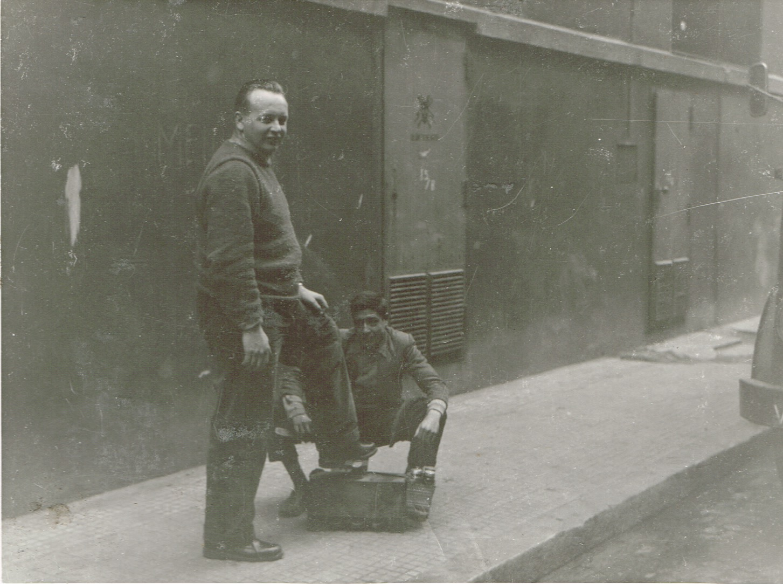 Leen-van-Antwerpen-schoonzoon-laat-zijn-schoenen-poetsen