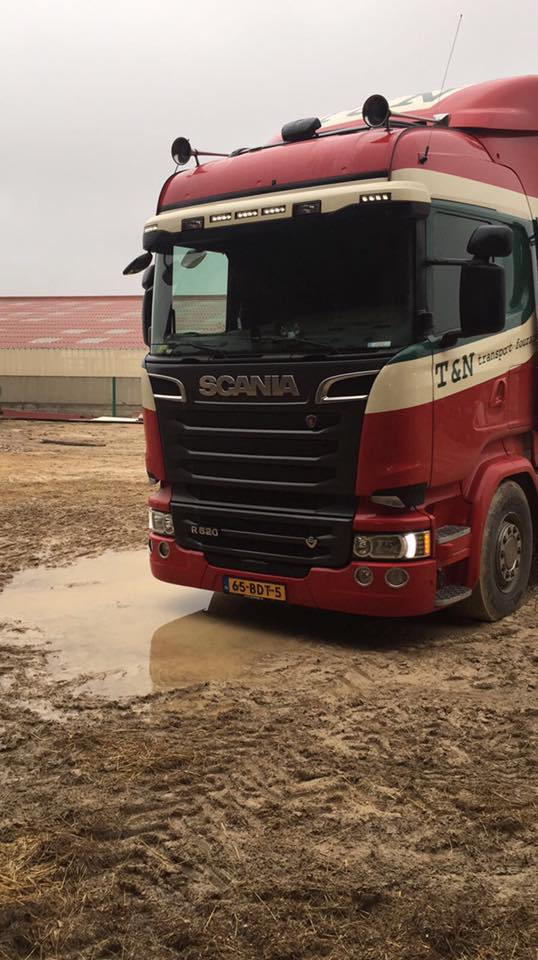 Thijs-Bessems-maakt-zijn-mooie-wagen-vuil