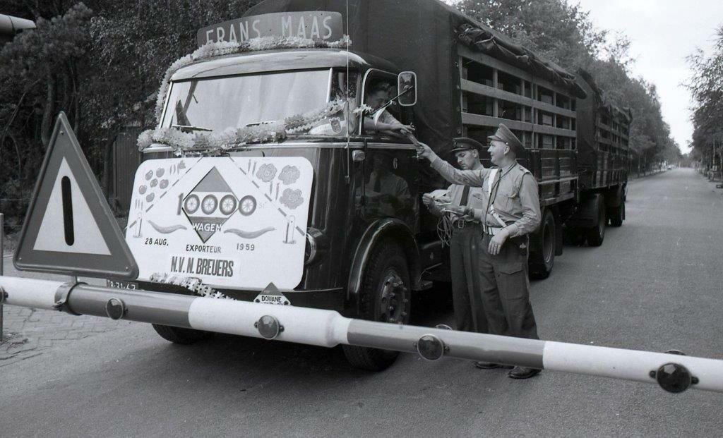 Zollkontrolle-vrachtwagen-Frans-Maas-1959-Kaldenkerken--Venlo