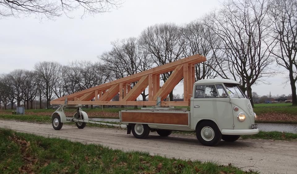 Een-VW-T1-pick-up-uit-1967-en-een-originele-VW--sonderausfuhrung-SO14-aanhanger-uit-1964