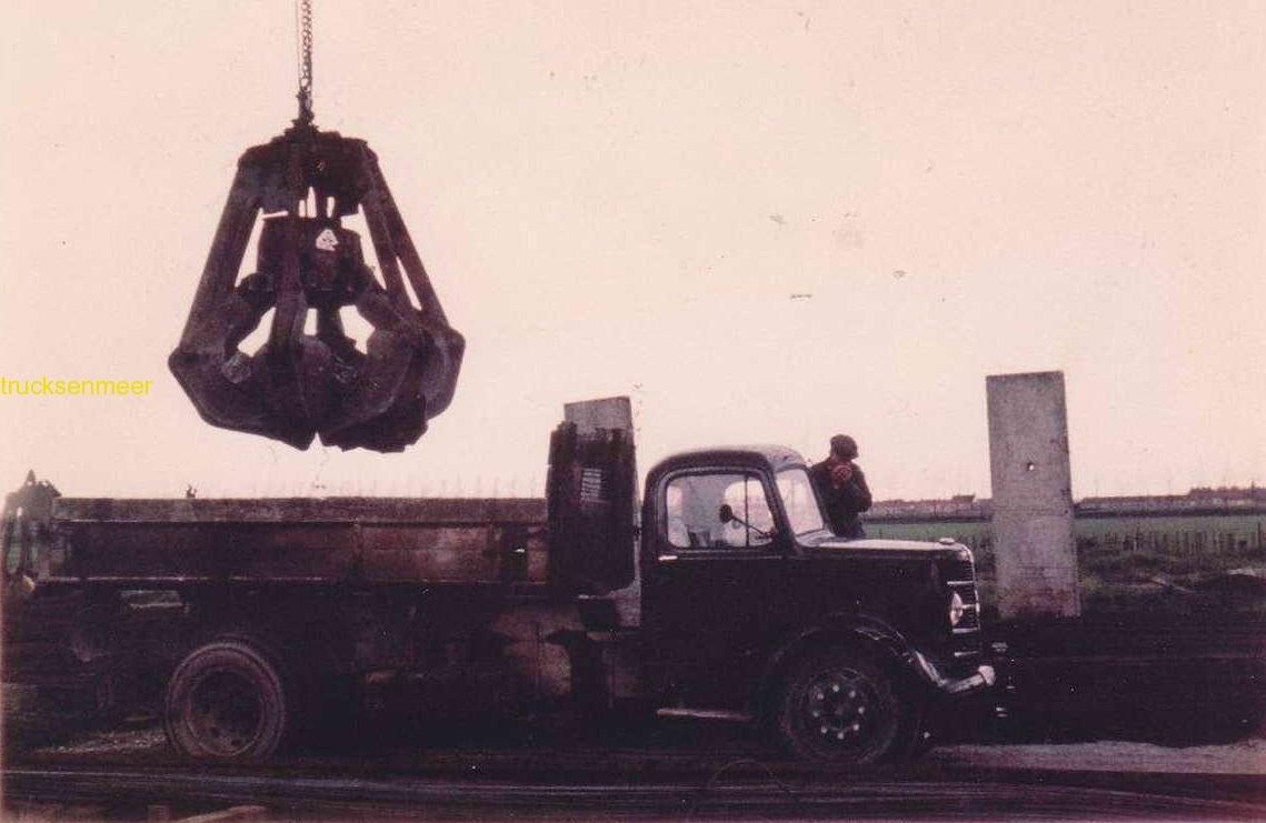 Bedford-in-1948-met-de-heer-Tollenaar-naast-de-auto