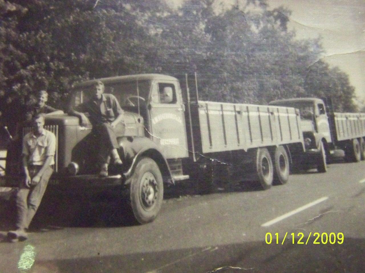 Twee-oude-Kloos-autos-omgebouwd-tot-kalsteen-wagens--van-af-Katwijk-en-Hillegom-