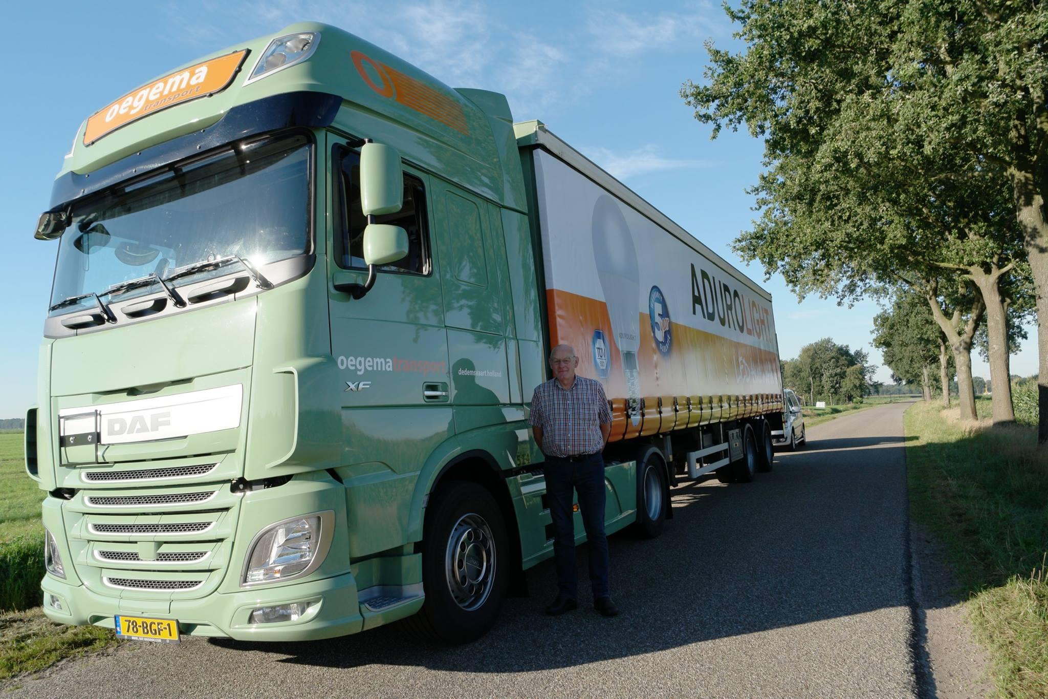 Maandag-12-November-was-Johan-Kremer-jarig.-73-jaar-en-nog-elke-dag-is-Johan-bij-ons-bezig-met-het-halen-brengen-van-trucks--opleggers-naar-dealers-of-verhuur-2