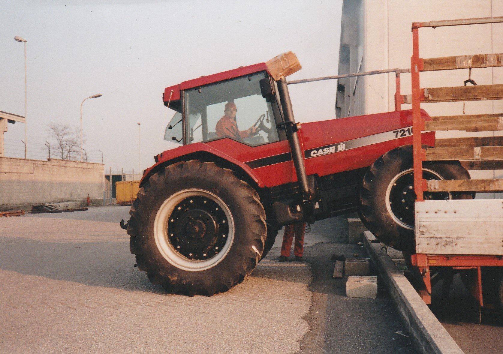 Hans-Anthonise--Cees--Boerke-Soetens--in-zijn-element-tijdens-het-lossen-van-de-tractoren-op-het-douaneterrein