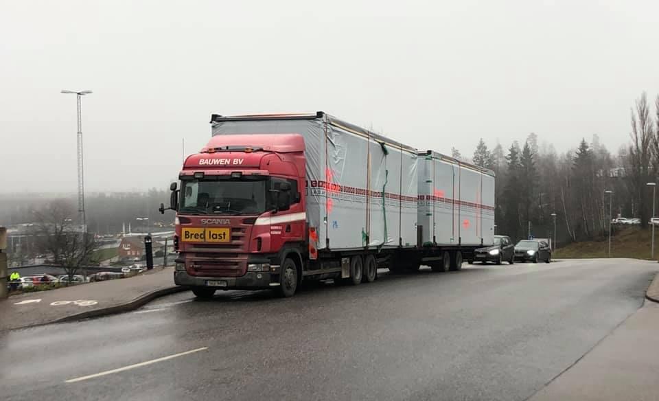 Nu-op-Estische-plaat--aan-het-wachten-voor-de-hoofdingang-van-het-Scania-Tekniskt-Centrum-te-Sodertalje-Zweden.