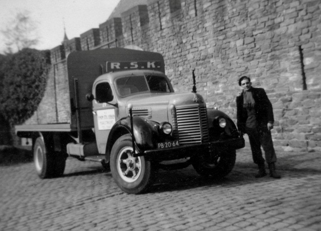 Chauffeur-Frans-Wouters--vaak-als-kleine-jongen-mee-geweest-op-vrij-je-dagen---de-international-had-een-4-cilinder-PERKINS-diesel--