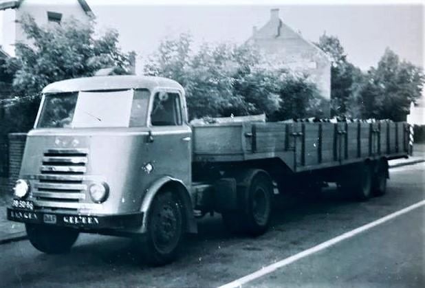 DAF-1954-met-gas-flessen-chauffeur-Tjeu-Vermeulen--