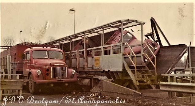 vrachtwagens-van-de-Vries-bij-de-bietenfabriek-in-Groningen-waardoor-middel-van-een-kantelbrug-werd-gelost