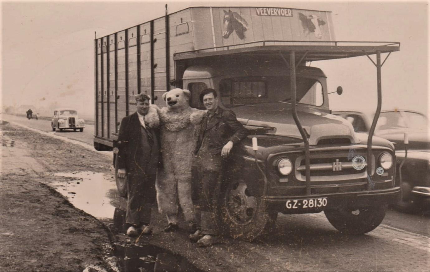 0-Links-Piet-Schuit-senior-en-rechts-Piet-Schuit-met-de-nieuwe-international--1947-1948--De-foto-is-genomen-op-de-A1-bij-Muiden