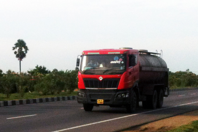Mahindra_Navistar_Tanker_Truck_on_NH45_in_Tamil_Nadu2013