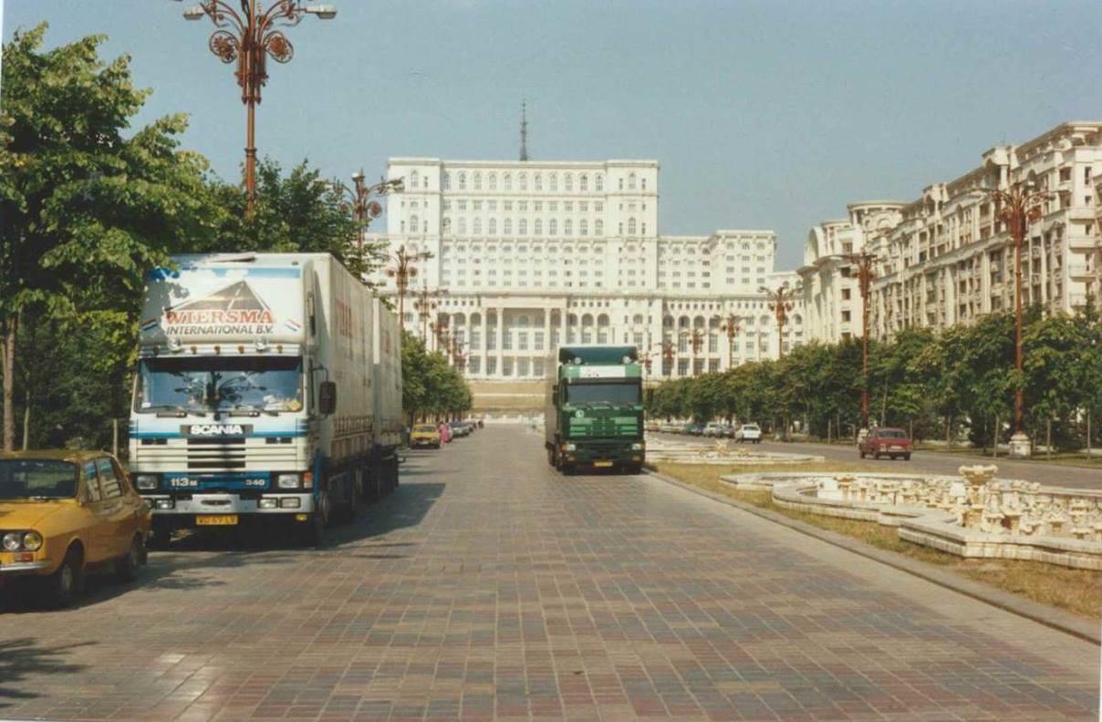 De-90-er-jaren-vervoer-als-pioniers-op-Oos-Europese-landen---Het-witte-huis--het-paleis-van-Ceausescu--in-Boekarest-Roemenie--en-Ukraine-Johannes-Wiesrma--(1)