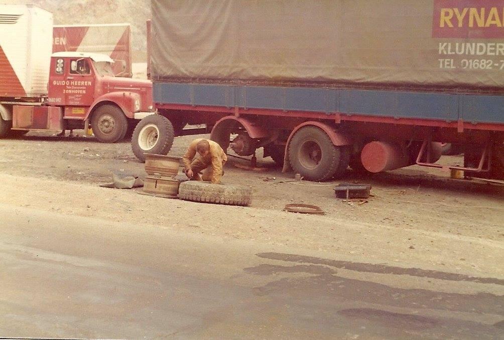 Scania-Vabis-de-chauffeur-kijkt-toe-bij-twee-lekke-banden