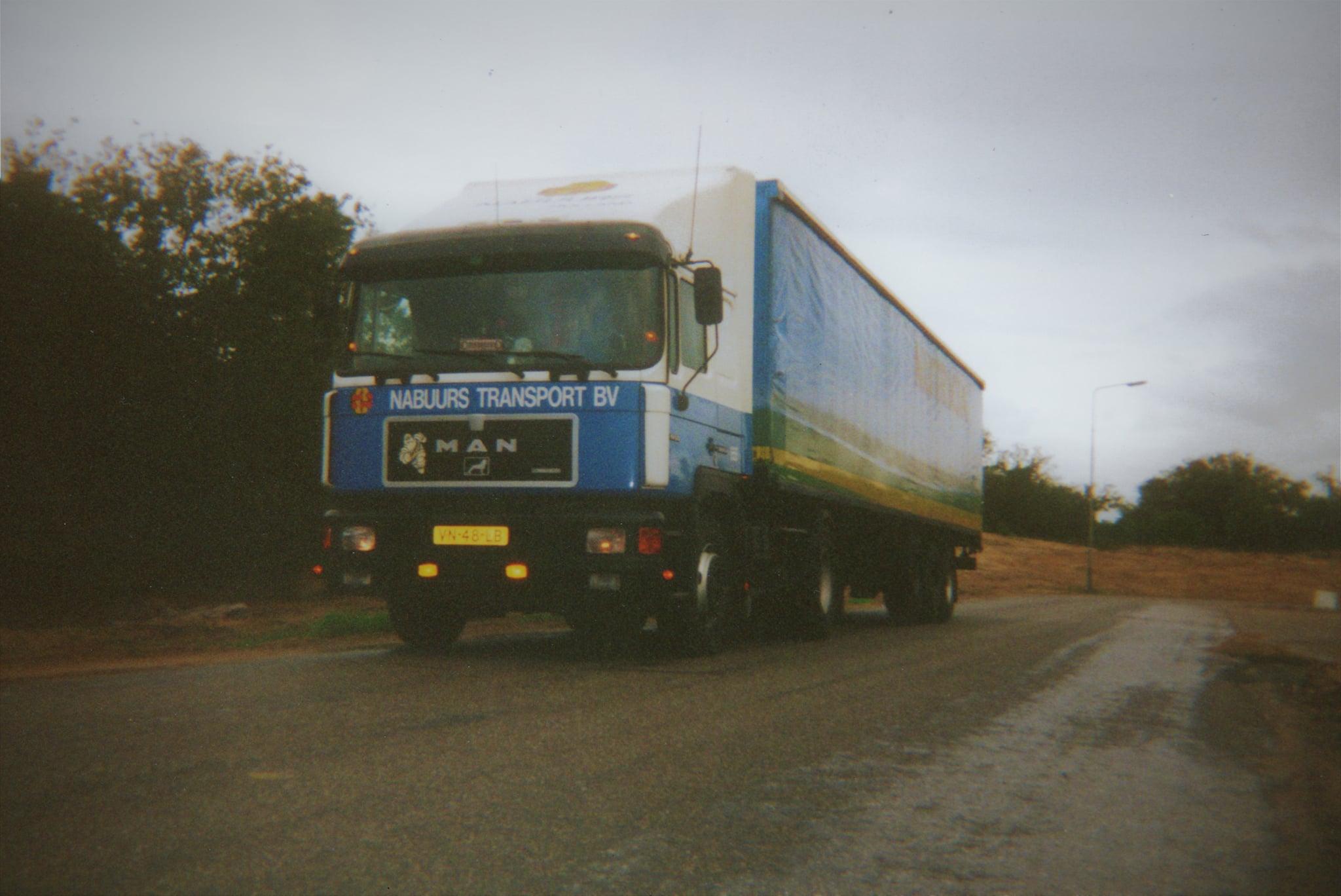 VN-48-LB-in-Nieuw-Bergen-gelost-oplegger-Krone-nr--4013--Op-de-vloer-lagen-de-planken-dwars-ipv-in-de-lengte-richting-echt-fijn-rijden-met-een-pompwagen-nee-dus-Koen-Smit