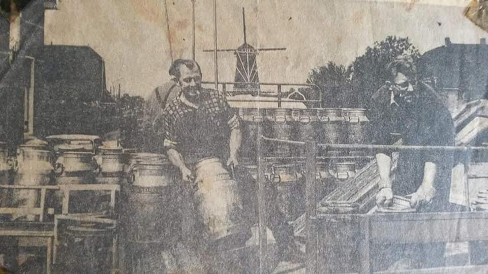 0-Mijn-opa-aan-het-bussen-lossen-bij-melkfabriek-De-Graafstroom-in-Bleskensgraaf