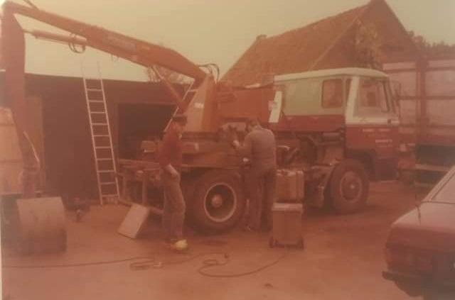 Zelfbouw-kraanauto-om-pulp-in-de-ronde-silo-s-te-kunnen-knijpen