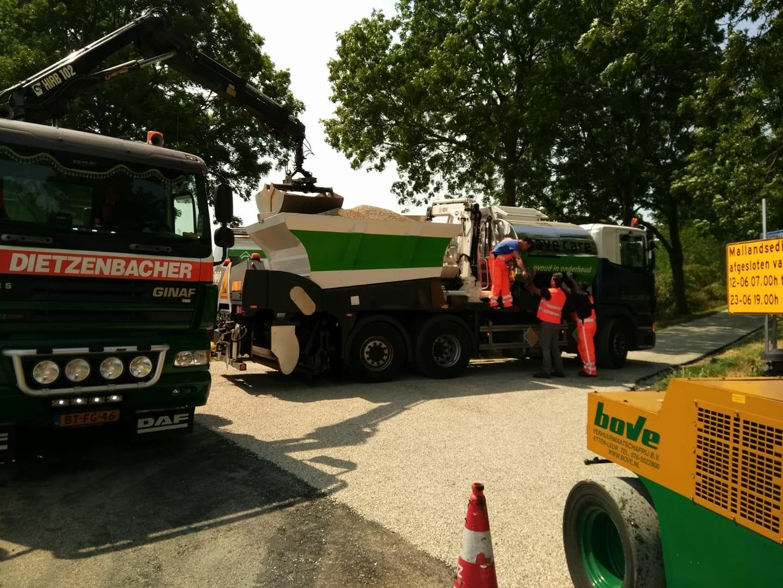De-combitruck-van--PaveCare-laden--Deze-vrachtwagen-brengt-de-bitumen-en-split-in-een-werkgang-aan-op-het-wegdek