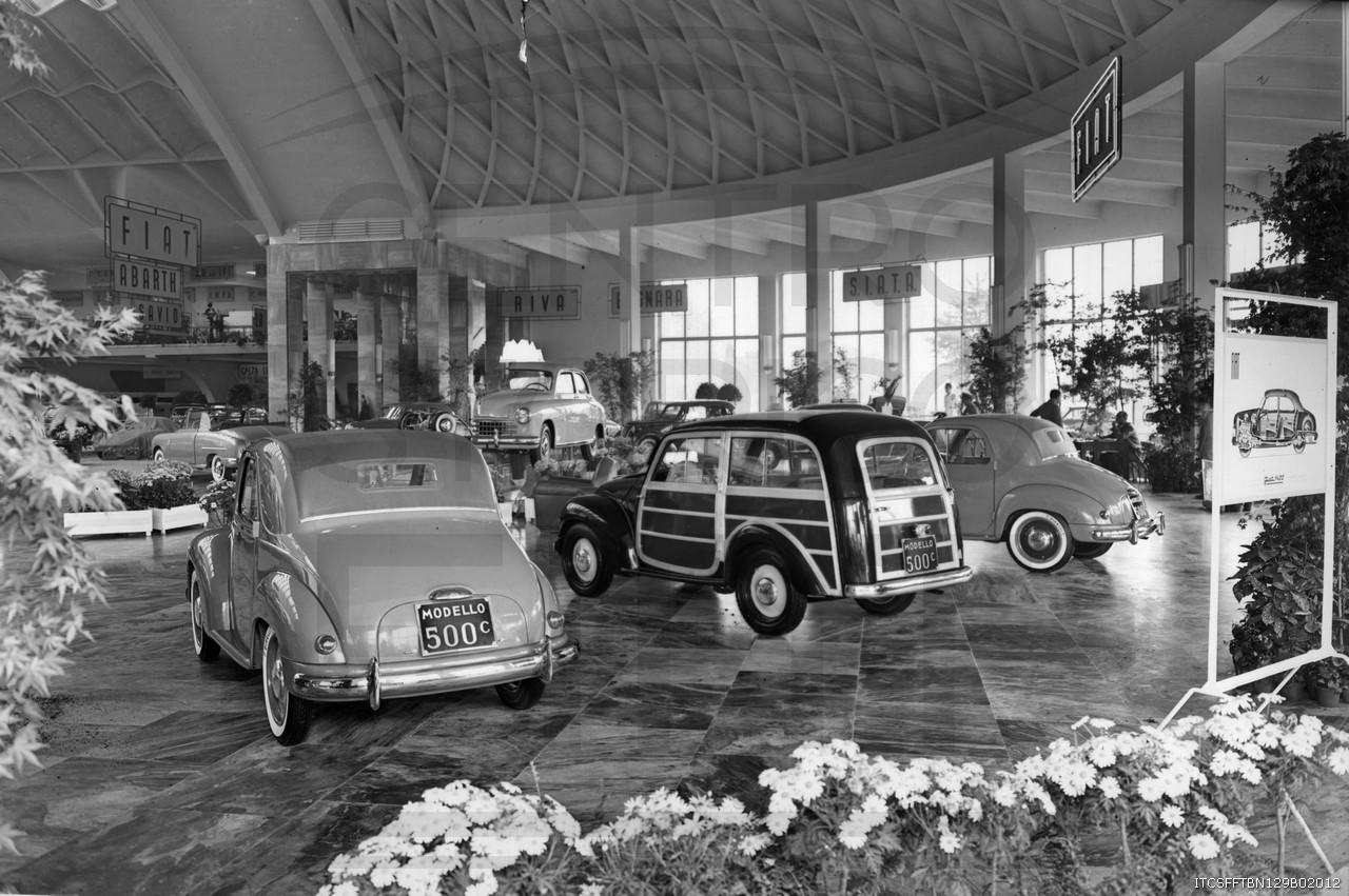 Stand-Fiat-al-Salone-dell-Automobile-di-Torino--in-primo-piano-Fiat-500-C-Topolino--1950