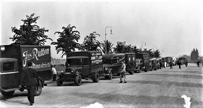1942-Maastricht--Koningsplein--Noord-Westen--Het-vorderen-van-vrachtauto-s-door-de-bezetters