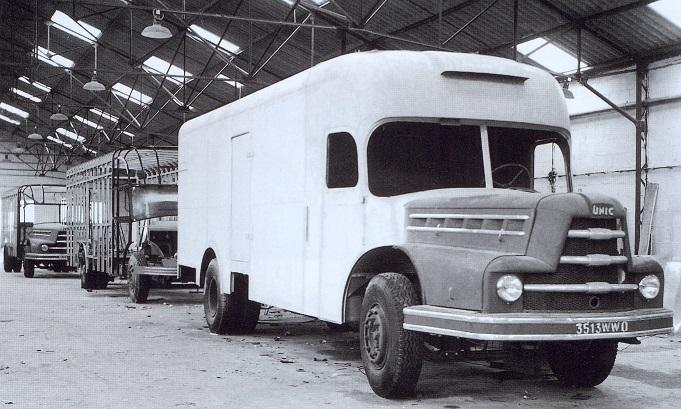 Unic--Les-ateliers-du-carrossier-TUAL-et-GOURMELIN-en-1954-55