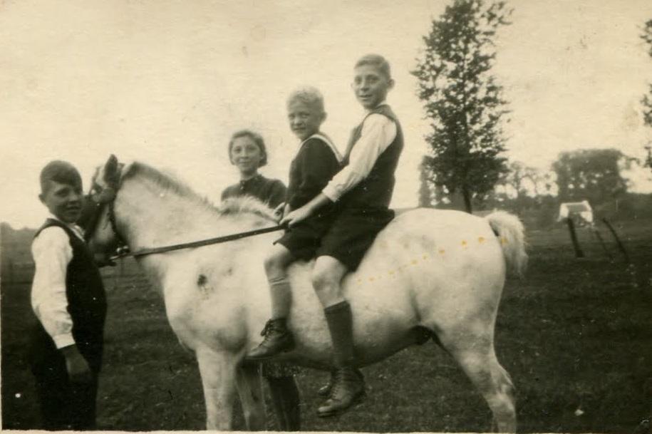 1939-Paard-Pieke--Kees-Sjo-Maria-Jan