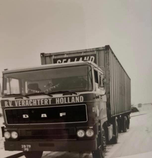 Gradus-Kars--Kent-28-79-PB-onderweg-met-n-Army-bak-naar-Pirmasens-DLD-1977