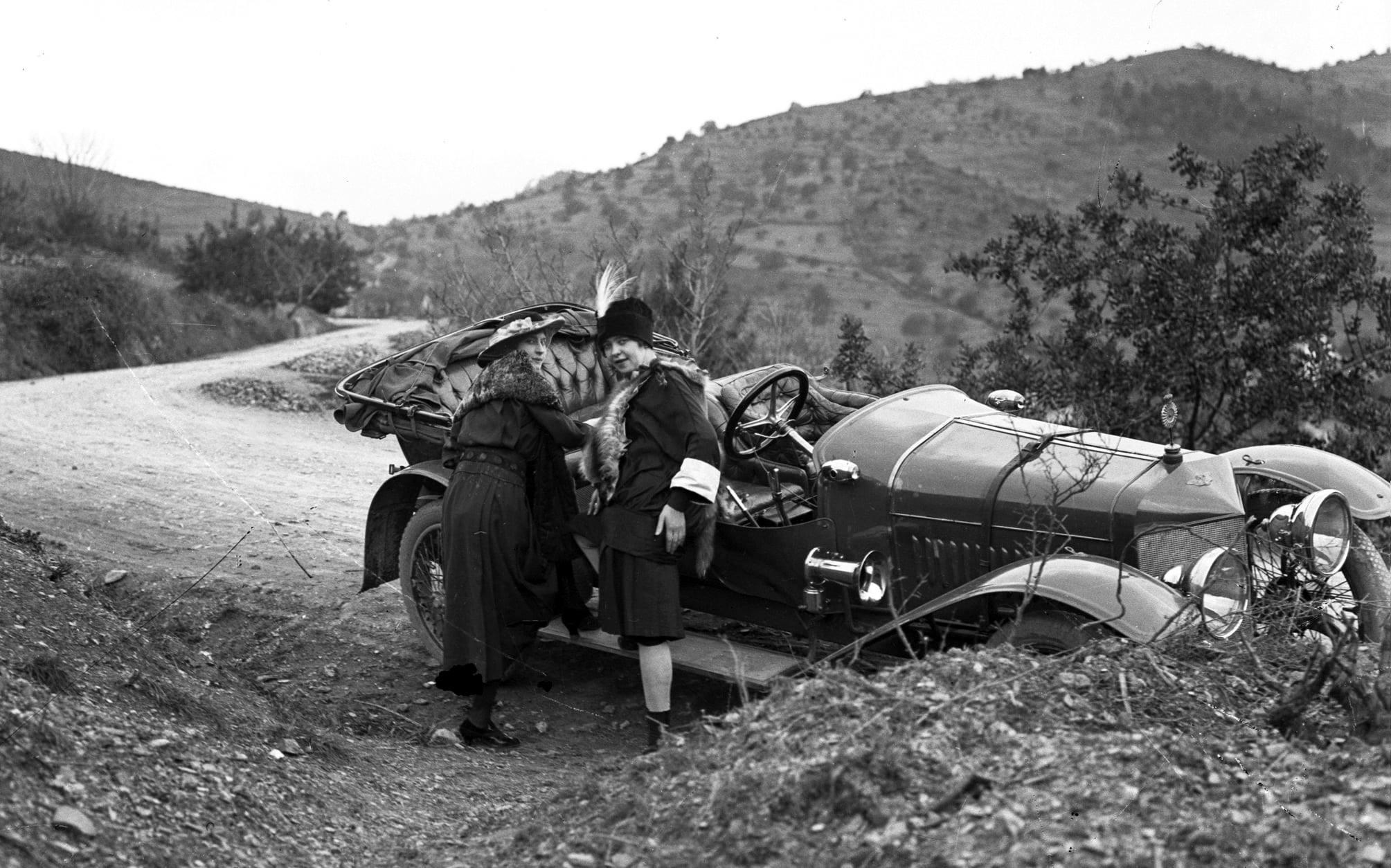 Hispano-Suiza-----Alphonso-XIII-was-eigendom-van-een-Dr-Carulla-in-Barcelona-en-ze-waren-duidelijk-zeer-toegewijd-aan-fotografie-naast-hun-sportieve-motorcar---1912-(1)