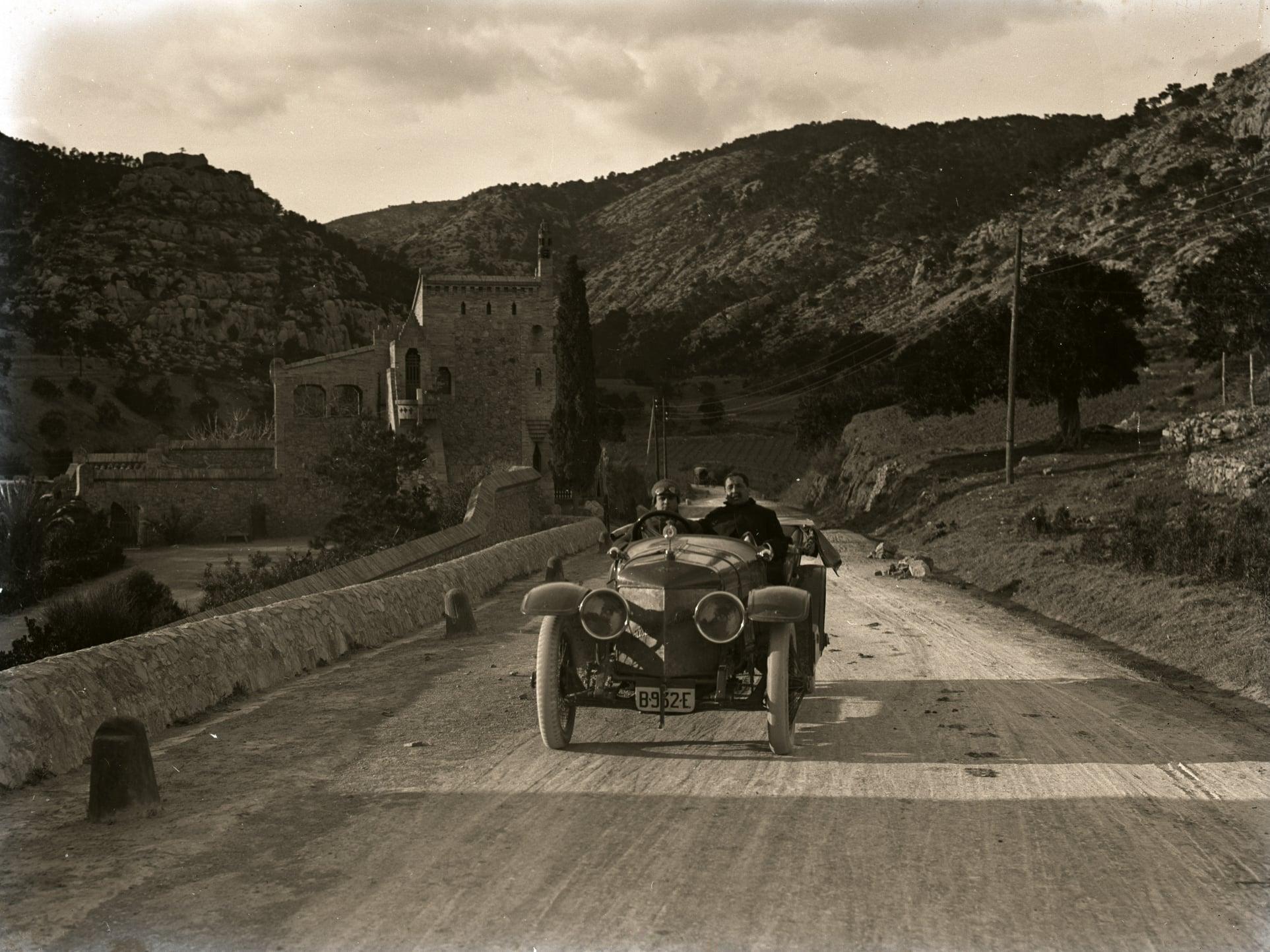 Hispano-Suiza-----Alphonso-XIII-was-eigendom-van-een-Dr-Carulla-in-Barcelona-en-ze-waren-duidelijk-zeer-toegewijd-aan-fotografie-naast-hun-sportieve-motorcar---1912-(2)