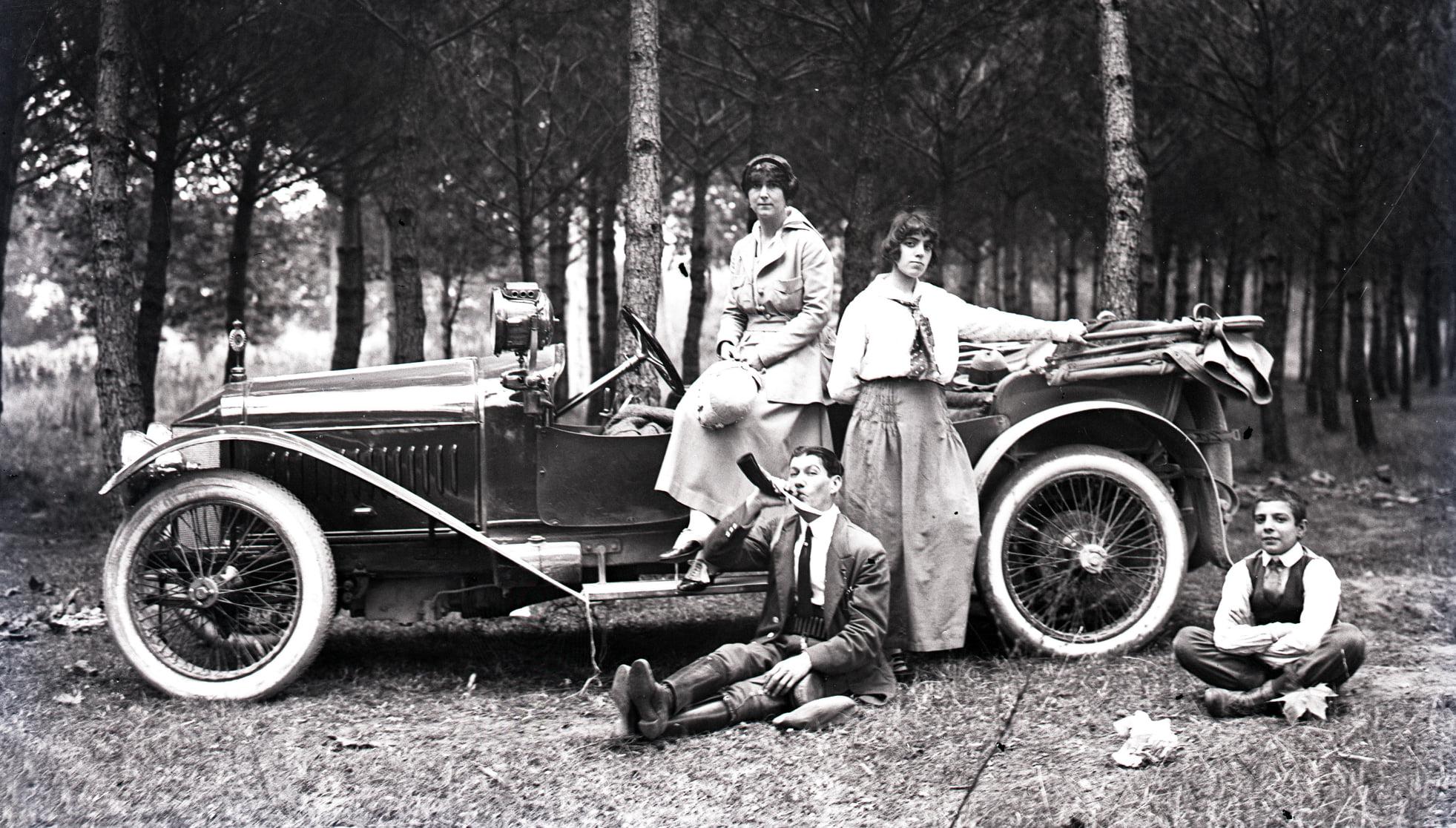 Hispano-Suiza-----Alphonso-XIII-was-eigendom-van-een-Dr-Carulla-in-Barcelona-en-ze-waren-duidelijk-zeer-toegewijd-aan-fotografie-naast-hun-sportieve-motorcar---1912-(3)